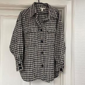 Brugt få gange. Oversized skjorte fra H&M. Jeg er normalt en 34/36 og købte denne i L/XL for at gøre den mere oversized. Ingen bytte.