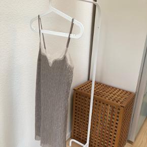 Ubrugt Zara glimmerkjole