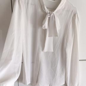 Super fin skjorte med en sød sløjfedetalje foran. Brugt en enkelt gang.