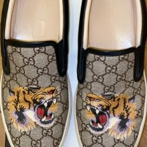 Hey sælger disse super fede Gucci sko.  Standen er 9/10, ingen skader på hverken stof eller insole.  Box, online kvit og diverse andre Gucci OG medfølger ved salg.  Skriv endelig for spørgsmål:)