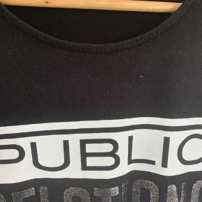 Sweat kjole fra Fishbone med print og glimmertekst. Mesh stykke på begge ærmer.