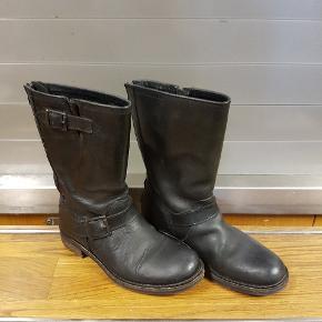 Læder støvler med lynlås ved hælen.