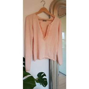Skøn lyserød bluse med dyb udskæring og flæser - brugt et par gange men i fin stand