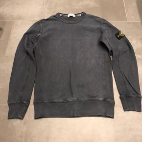 Stone Island sweatshirt. Mørkeblå. Brugt og vasket flere gange, så farven bærer præg deraf. Nypris 1.500 kr. Salgspris 400 kr. inkl. porto. Naturligvis ægte.