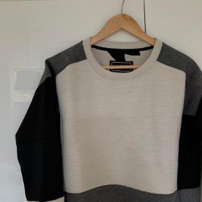 Sweater fra Malene Birger. Er en str. S, men fitter også en medium, da den er oversize.