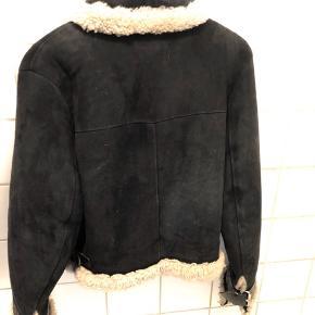 Lækker og varm - Acne Studio jakke i lammeuld og læder. Normal i str. - jeg kan have en striktrøje under.