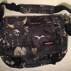 Sidste chance - fri fragt i dag ved køb for 100kr  Virkelig fin Eastpak crossover skoletaske / taske Brugt få gange - standen er som ny!  Cirka Mål: Bredde: 45 Højde: 32 Dybde: 6 cm Dybde når den er lynet op og i max dybde: 13 ca