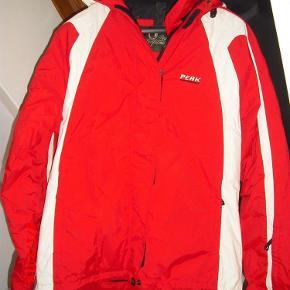Virkelig flot og velholdt skijakke fra peak.  Kun brugt få gange så den er pæn som ny!  Skijakke Farve: Rød hvid Oprindelig købspris: 2499 kr.