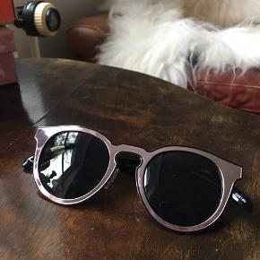 Solbriller fra Monki, ingen brugstegn. Pose medfølger.