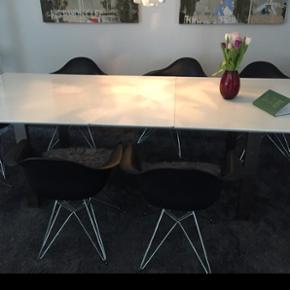Spisebord hvid højglans 200x100 cm incl. 3 tillægsplader så det ialt kan blive 350x100 cm. Har brugsridser i lakken. Men fejler ellers intet. Så et fint stort bord med dug på. Kun 500 kr.