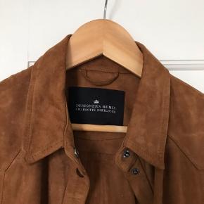 Ruskinds skjorte/jakke fra designers remix. (Brun læder, ruskind, sølv knapper, fashion)