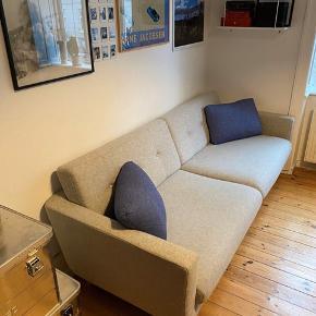 Sælger min Conrad 3-personers sofa fra Sofakompagniet, da jeg har købt en ny.  Sofaen er i virkelig god stand, og har stået i et ikke-ryger hjem. Stoffet står uden pletter overhovedet, men kan godt tåle at blive sendt en gang til rens. Derfor har jeg sat prisen lavere, end hvad jeg ellers havde tænkt, jeg ville have for den.  SPECIFIKATION Højde: 80cm Bredde: 220cm Dybde: 92cm Sædedybde: 61cm Sædehøjde: 45cm Indvendig bredde: 196cm