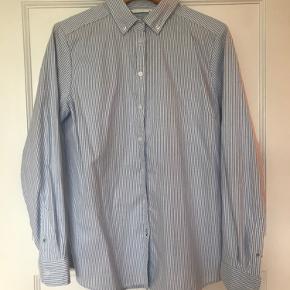 Only skjorte, lysblå & hvid stribet.