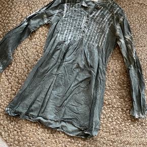 Forvasket look - super fed skjortekjole Passer m/l  Elastikker i ærmer er ikke elastiske mere, dog kan den sagtens bruges uden - faktisk mere behageligt