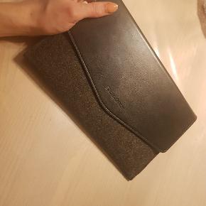 Lenova tablet, mindst 5 år gammel, men har aldrig været brugt. Virker ganske fint hele vejen igennem, men kan have tendens til at være en smule langsom at åbne/starte op. Itui medfølger, oplader medfølger ikke, men bruger micro usb-oplader. Samme som til mange samsung telefoner
