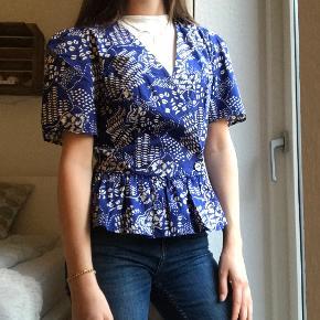 Trøjen er helt ny med prismærke. Den hvide top høre ikke med det er bare en af de måder man kan style trøjen på.