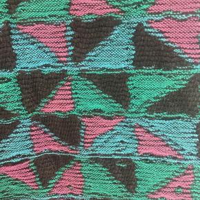 Super cool vintage habitvest i lækkert Pendleton- inspireret, vævet stof i farverne turkis, pink og sort med pink bagstykke i mat, satin. Den har rå trykknapper og fine udformning i kanternes udformningen. Passer str. S-M. Kom med et bud.  Varen befinder sig i 9520 Skørping. Sender med DAO.  Se også min øvrige annoncer. Jeg sælger tøj, sko og accessories. Pt er min shop fuld af vintagekup, high street fund og mærkevarer i mange forskellige str. Kig forbi og spøg endelig!