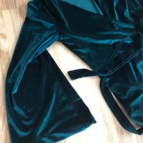 Kan afhentes i Odense eller sendes efter aftale 👌🏻  ☀️ fri fragt ved køb af flere ting.   Smukt grønt veloursæt med slå-ombluse og vide bukser.