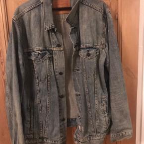 Super fin Levi's jakke med et forvasket design. Fejler ingenting:)   Str. fitter ca. 184-192