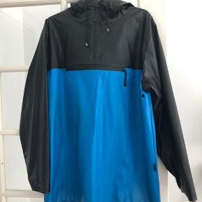 Jeg sælger denne fede Rains Anorak, da jeg har købt en anden regnjakke. Den er brugt få gange, så er derfor i rigtig god stand. Det er en størrelse M/L, men den passer mig rigtig fint, der normalt bruger large.   Kom med bud.