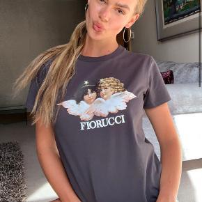 Fineste fiorucci t-shirt Den er mærket med en størrelse Large, men passer en small