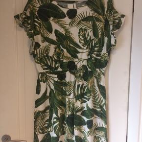Fin kjole i hør-mix. Brugt en gang på en ferie. Se også gerne mine andre annoncer. Giver mængde rabat :-)