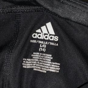 Helt almindelige Adidas tights med massere af stretch. De har været min kusines, så jeg passer dem ikke selv, kan derfor ikke give billede med dem på.  De er i børnemodel🖤  Byd gerne, og skriv for mere info