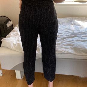 Det er bukser jeg har fået, så kender ikke str eller mærke (ikke fra Envii), da alle mærker er klippet ud. Dog føles det meget som en s