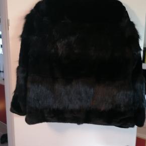 Rigtig flot kort pels jakke. Fejlkøb. Nypris 549 kr Byd gerne, bytter også