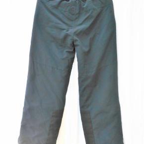 Skibukser, Color Kids, str. 152 - 158  Drenge varm foerede skibukser, marineblå, kun brugt 1 uge og uden slid og pletter Livvidde 75 cm. kan strækkes til 86 cm. Indvendig benlængde 67 cm. 2 lynlås lukkede lommer med overfald Ekstra forstærkning nederst i ben Snefang med lynlås og antiskrid elastik 100% nylon Nypris 528 kr Billedfarven er desværre ikke god Porto med DAO uden omdeling , fremme på 2-4 dage. Har mobilpay