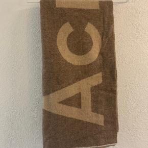 Super fint Acne tørklæde, brugt ganske lidt og fremstår derfor som ny...   Nypris 1500kr Pris 750kr  Køber betaler porto og evt TS gebyr 🌸
