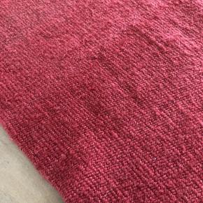 Tæppe i noget uld - vil jeg umiddelbart sige 🤷🏽♀️ Købt i Frankrig, så husker ikke mærket. Længde 175cm / Bredde 80cm. SE OGSÅ MINE MANGE ANDRE ANNONCER 🥰