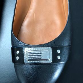 Sælger disse fine sko, str 38,5, da de ikke rigtig passer til min fod. Brugte max 10 gange.