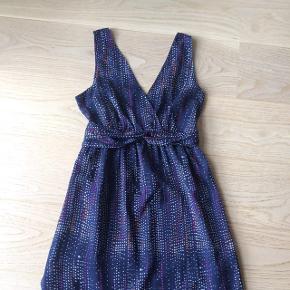 Den smukkeste kjole str. M. Sidder som en drøm og slanker. Er som ny. Perfekt til bryllup eller sommerens fest.