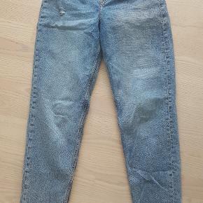 Højtaljet, baggy pants, i størrelse 36.