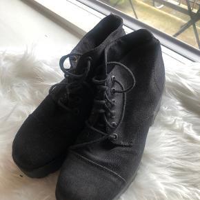 Vagabond plateau-sko med snøre.
