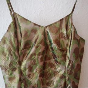 Super fin kjole fra heartmade Julie fagerholt i grønlige nuancer med leopard / militær og guld finish