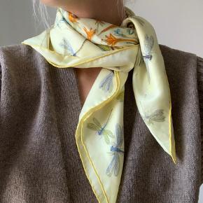 Lækkert silke Hermés dragonflies tørklæde  Det er god som nyt🌞 Købt i Hermés butik i kbh.  Der medfølger æske og kvittering.