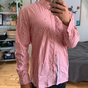 TOMMY SKJORTE STR: XL  Farven er råd og ikke lyserød selvom det ligner, den er nice🍿