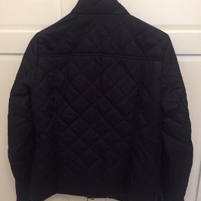 Mørkeblå quiltet jakke fra H&M i str 38/M. Meget velholdt og ingen brugsspor. Kan sende med DAO, køber betaler fragt