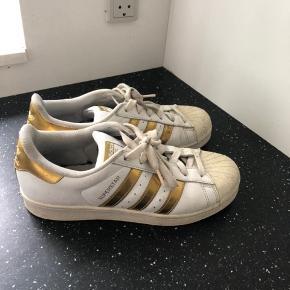 Adidas superstar i guld str 40- BYD gerne  Sælger da jeg aldrig får dem brugt