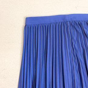 Samsøe Samsøe blå plissé nederdel. Underkjole. Går til ca midt på læggen.