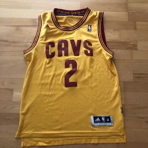 Adidas NBA jersey - Cleveland Cavaliers - Kyrie Irving #2  Str. M+2 (fitter L)  Cond.: 6/10  Skriv for flere billeder :-)