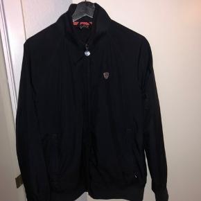 EA7 jakke. Det er en vindjakke