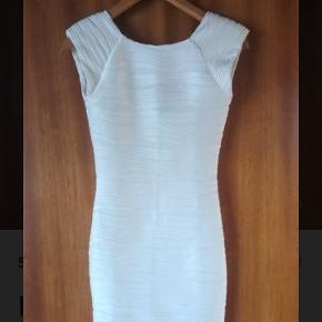 Hvid, stram, kort kjole fra AX Paris Str small  Den er kun brugt én gang Den er lårkort, men ikke vildt kort Den er lidt gennemsigtig Bagpå går den lidt længere ned end foran