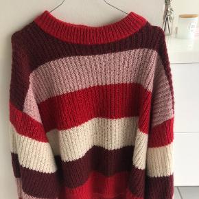 Blød sweater fra Monki/ rød-hvid med ballonærmer/ brugt en del gange