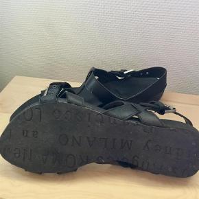 Varetype: Skønneste sandal Farve: Sort Oprindelig købspris: 799 kr.  Brugt få gange  Bytter ikke Handler helst via mobile pay