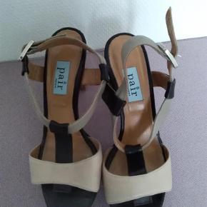 Varetype: Lækre sko Farve: Brun  I fin stand, men der er misfarvning påden lyse læderrem se billederne. Sender med DAO SE OGSÅ MINE 700 ANDRE ANNONCER 😍🌻