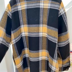 Jakken er fra vinteren 19/20 , en meget fin jakke i uld blandning , lommer foran og i siden