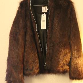 Super flot jakke fra Saint tropez i 100 procent polyester. Helt ny og prismærket med 899,- Kan sendes med DAO eller Gls. eller hentes i København.